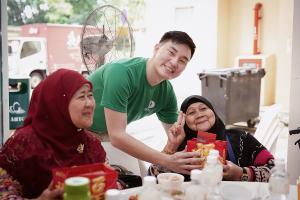darren with muslim seniors 2